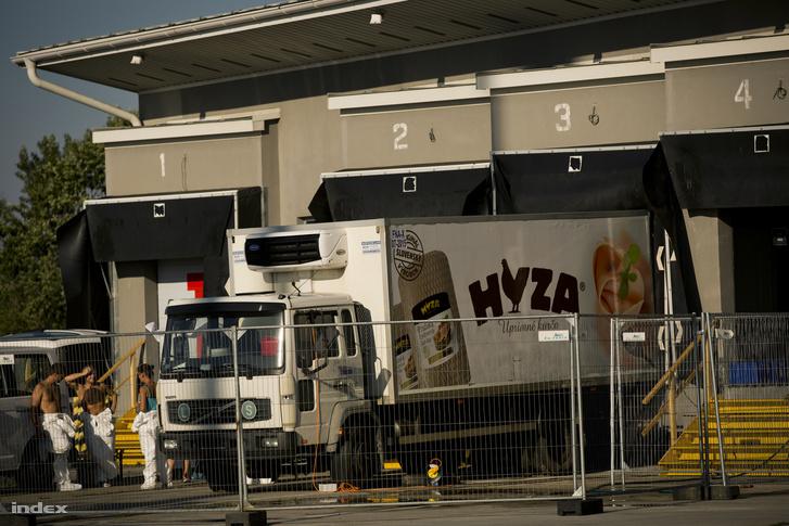 A teherautó Miklóshalmán (Nickelsdorf) 2015. augusztus 28-án, amelyben a hatóságok az előző napon hetvenegy menekült holttestére bukkantak.