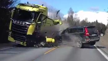 Volvo XC70 a teherautó ellen