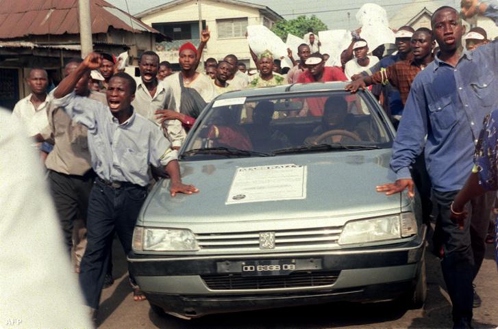 Egy aktivista kivégzése ellen tüntetők a nigériai Lagosban 1995. november 11-én.
