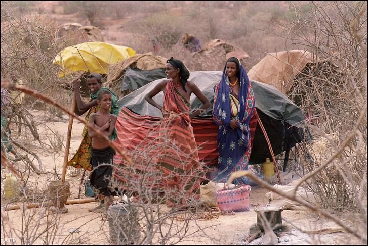 Menekülő etiópiaiak a kenyai-etióp határon 1992 márciusában