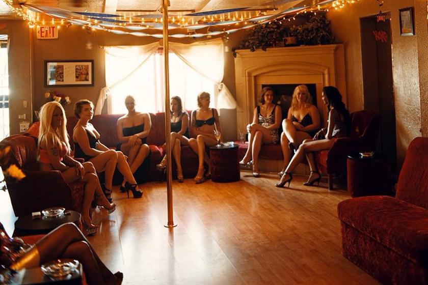 Nevadában vannak kisebb, titkosabb és nagyobb bordélyházak egyaránt, ezekhez sokszor bár vagy szórakozóhely is társul. A lányok éppen beszélgetnek munka közben, és pózoltak egy fotó kedvéért.