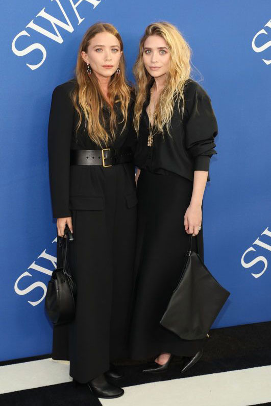 Mary-Kate Olsen Ashley-vel a CFDA Fashion Awards-on - legalább tíz évvel idősebbnek néz ki az ikertestvérénél.