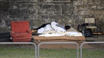 A kormány szerint a hajléktalanság betiltása a hajléktalanok emberi méltóságát szolgálja