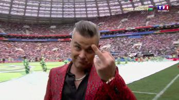 Kinek mutatott be Robbie Williams a vb nyitóünnepségén?