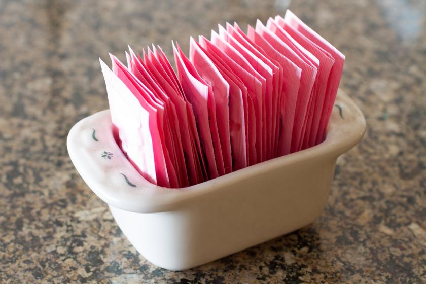 A mesterséges édesítőszerek, így az aszpartám gyakran hozzájárul a fájdalmas migrénhez a kutatások szerint. Ezt cukormentes üdítőitalokhoz, joghurtokhoz, desszertekhez is adják.