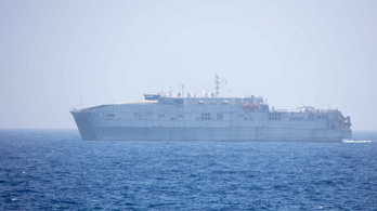 Még mindig a part mellett vesztegel a migránsokat mentett amerikai hadihajó