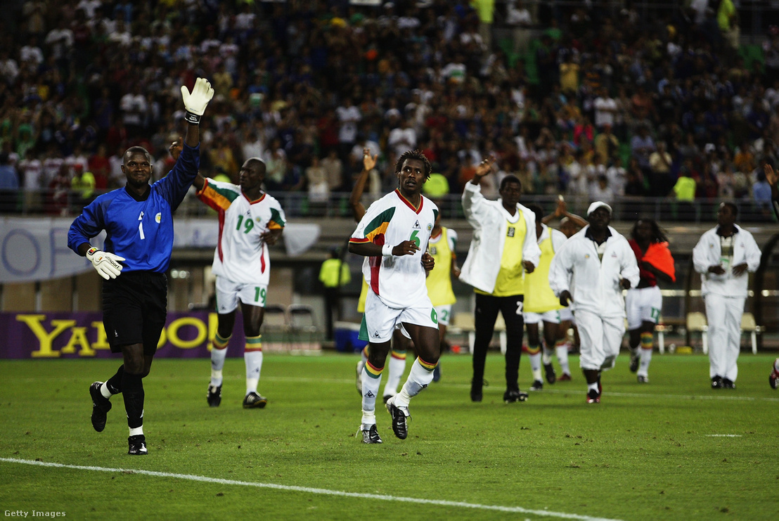 A szenegáli játékosok búcsút intenek, miután a törökök ellen kiestek a világbajnokságról 2002-ben.