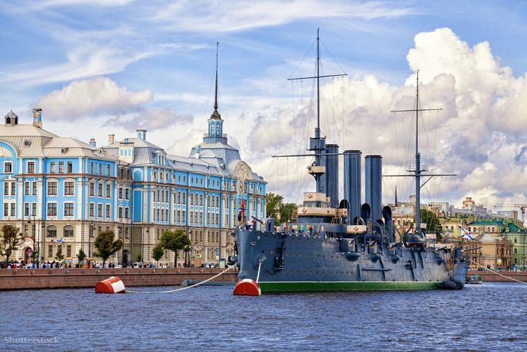 Az Auróra fontos szerepet játszott az 1917-es októberi orosz forradalom során, ma már múzeumként működik Szentpétervár kikötőjében nem messze a Péter-Pál erődtől