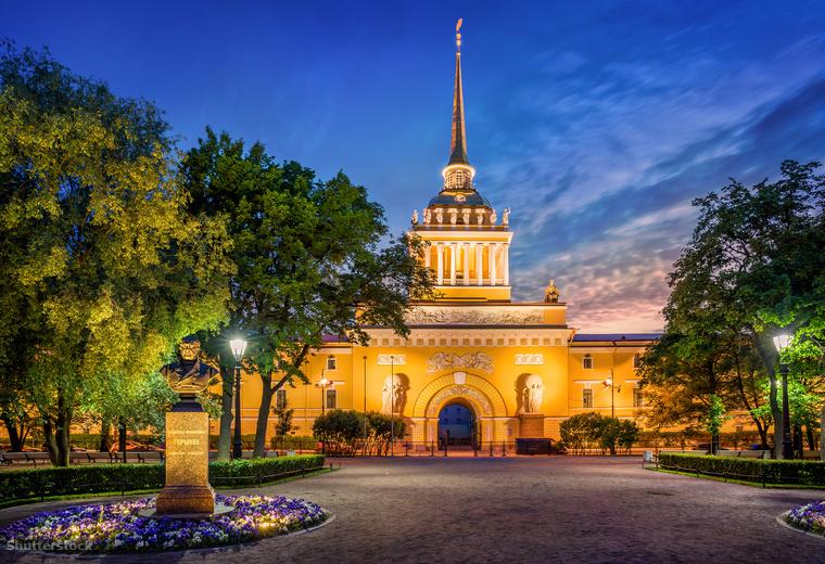 Ha a városban jársz, semmiképpen ne hagyd ki Szentpétervár egyik legszebb épületét, az Admiralitást, az orosz haditengerészet központját