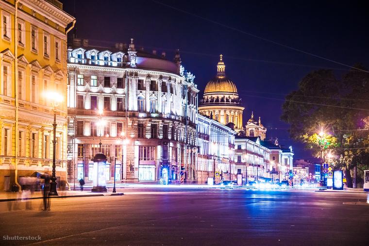 A 4,5 kilométer hosszú Nyevszkij sugárút Szentpétervár szívében található, amit üzletek, paloták, templomok és luxus szállodás szegélyeznek