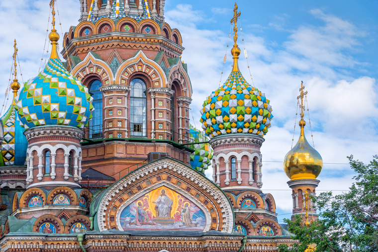 Szentpétervár legikonikusabb látványossága a Vérző Megváltó Temploma jellegzetes, színes hagymakupoláival