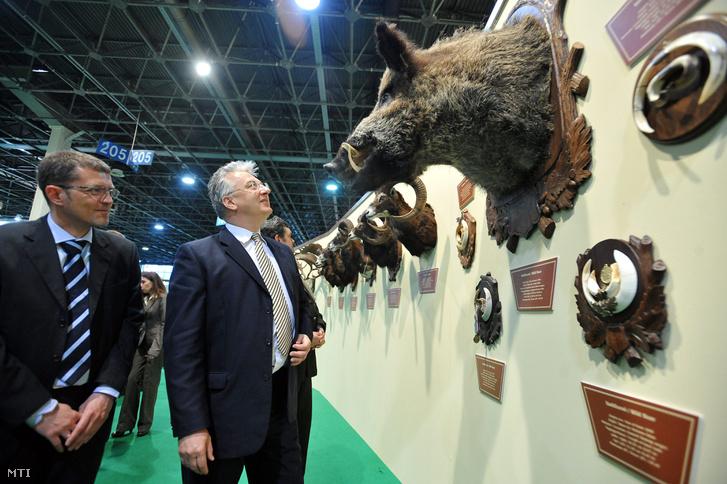 Semjén Zsolt miniszterelnök-helyettes az Országos Magyar Vadászati Védegylet (OMVV) elnöke (b2) különleges trófeákat néz a 18. Fegyver Horgászat Vadászat (FeHoVa) nemzetközi szakkiállításon a Hungexpo Budapesti Vásárközpontban 2011. március 17-én.