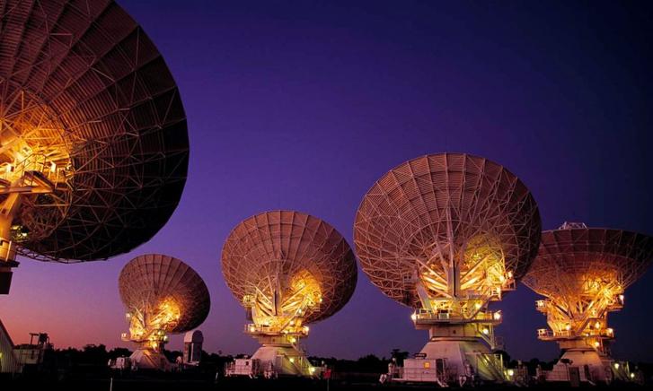 Az ATCA antennarendszer az ausztráliai Új-Dél-Walesben.