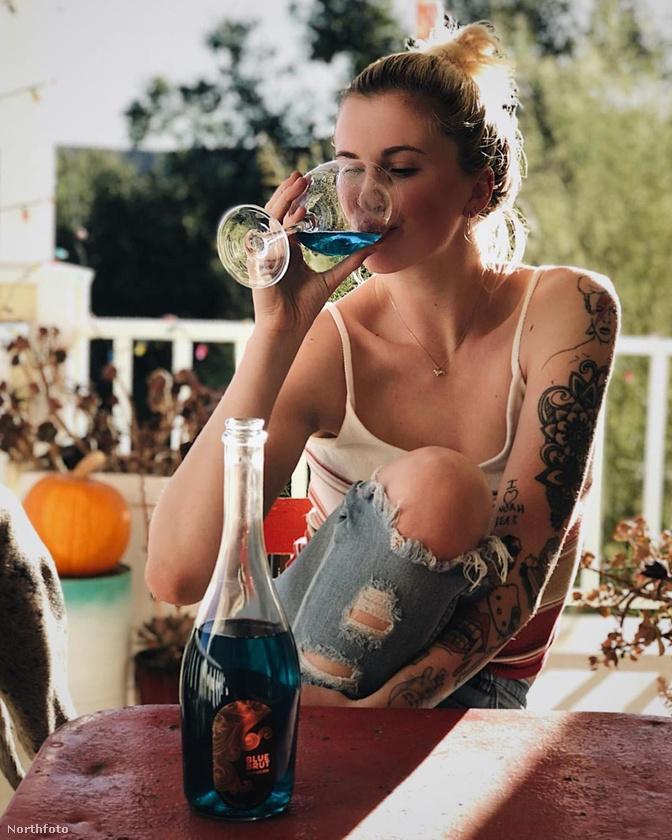 Ireland Baldwin tanácsát megfogadva dehidratáljunk, mint Hailey Baldwin.                         A modell itt nem akármilyen folyadékot visz be a szervezetébe, hanem valami nagyon speckó és végtelenül menci kék bort.