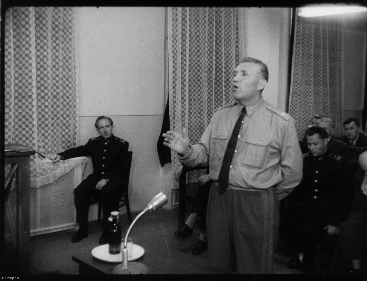 A képen Uszta Gyula tanú, aki egy sor hazugsággal (például, hogy Maléter irányította a Köztársaság tér ostromát) tett meg minden tőle telhetőt egykori katonatársa és barátja ellen.