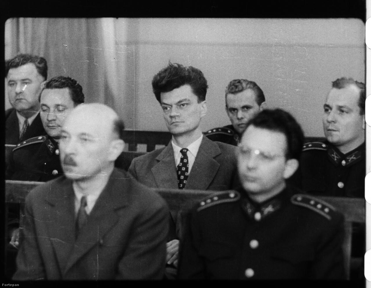 '57 júniusában Kádár és Biszku titokban Moszkvába utazott, ekkor döntöttek a koncepcióról. A pert már '58 elején, februárban elindították, de egy hét után leállították. Többféle feltételezés is volt, hogy miért; azt is mondták, hogy az eredetileg kijelölt bíró, Radó Zoltán túl emberséges volt a vádlottakkal, ezért váltották le, de a pert valójában Moszkvában állították le, külpolitikai okok, főként az olasz választások miatt. A tárgyalást júniusban folytatták egy új bíró, Vida ferenc vezetésével. A képen Jánosi Ferenc, Maléter Pál és Donáth Ferenc vádlottak.