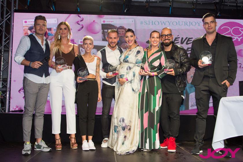 A 2018-as JOY Social Media Award műsorvezetője a díjátadón jelenlévő nyertesekkel.