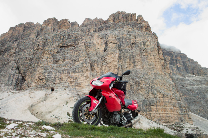 Ducati a Tre Cimével a háttérben