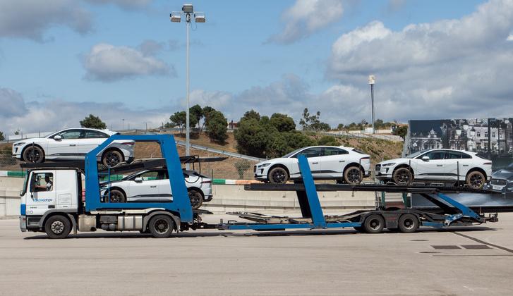 Ennyi nagy akksis villanyautót, mint ami a bemutatón volt nem egyszerű töltötten tartani. Volt, hogy három trailer jött szembe I-Pace-szel tele. Nyilván nem mindig ott volt a program, ahol a sok gyorstöltő