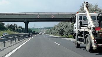 Vigyázz: hülye táblázás az M1-es autópályán