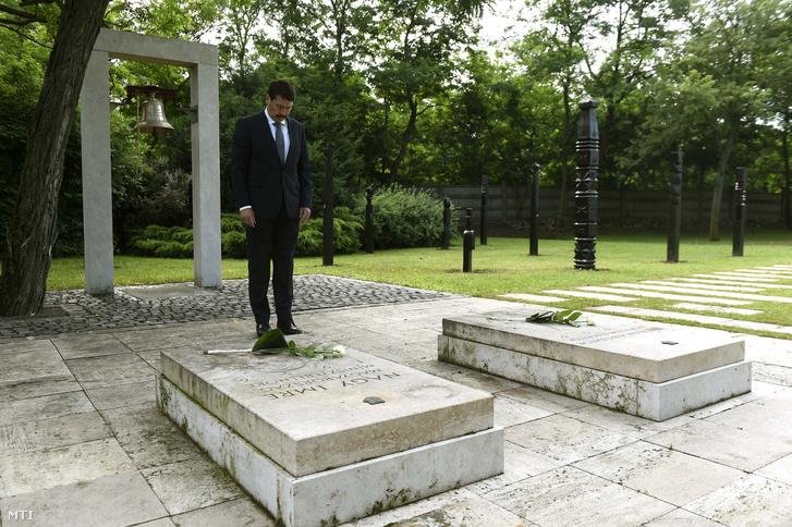 Áder János köztársasági elnök fejet hajt Nagy Imre miniszterelnök és a névtelen áldozatok és elesettek sírjánál a Rákoskeresztúri új köztemető 301-es parcellájában.
