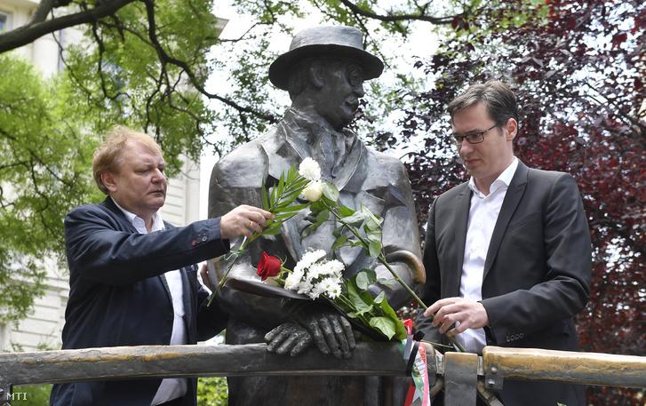 Hiller István a Magyar Szocialista Párt (MSZP) választmányi elnöke (b) és Karácsony Gergely a Párbeszéd társelnöke virágot helyez el Nagy Imre szobránál, a Vértanúk terén, az 56-os vértanúk emléknapján, a néhai miniszterelnök és mártírtársai kivégzésének 60. és újratemetésének 29. évfordulóján, 2018. június 16-án.