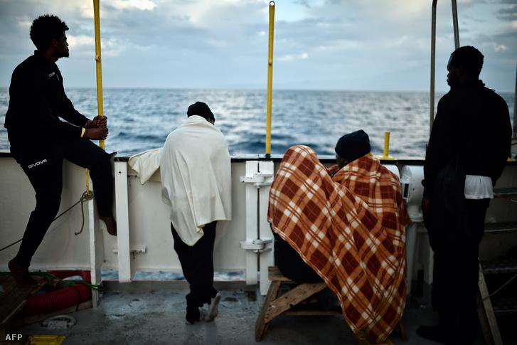 Afrikai menekültek az Aquarius fedélzetén. A kép május 14-én készült Szicília partjainál.