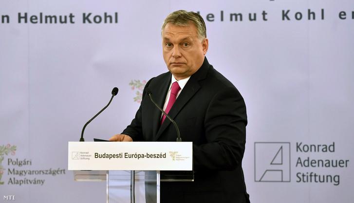 Orbán Viktor miniszterelnök a Helmut Kohl német kancellár halálának első évfordulóján tartott Budapesti Európa-beszéd című konferencián, amelyet a Polgári Magyarországért Alapítvány és a Konrad Adenauer Alapítvány magyarországi irodája rendezett az Andrássy Gyula Német Nyelvű Egyetemen 2018. június 16-án.