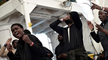 Megérkeztek Spanyolországba az Aquarius mentőhajó első menekültjei
