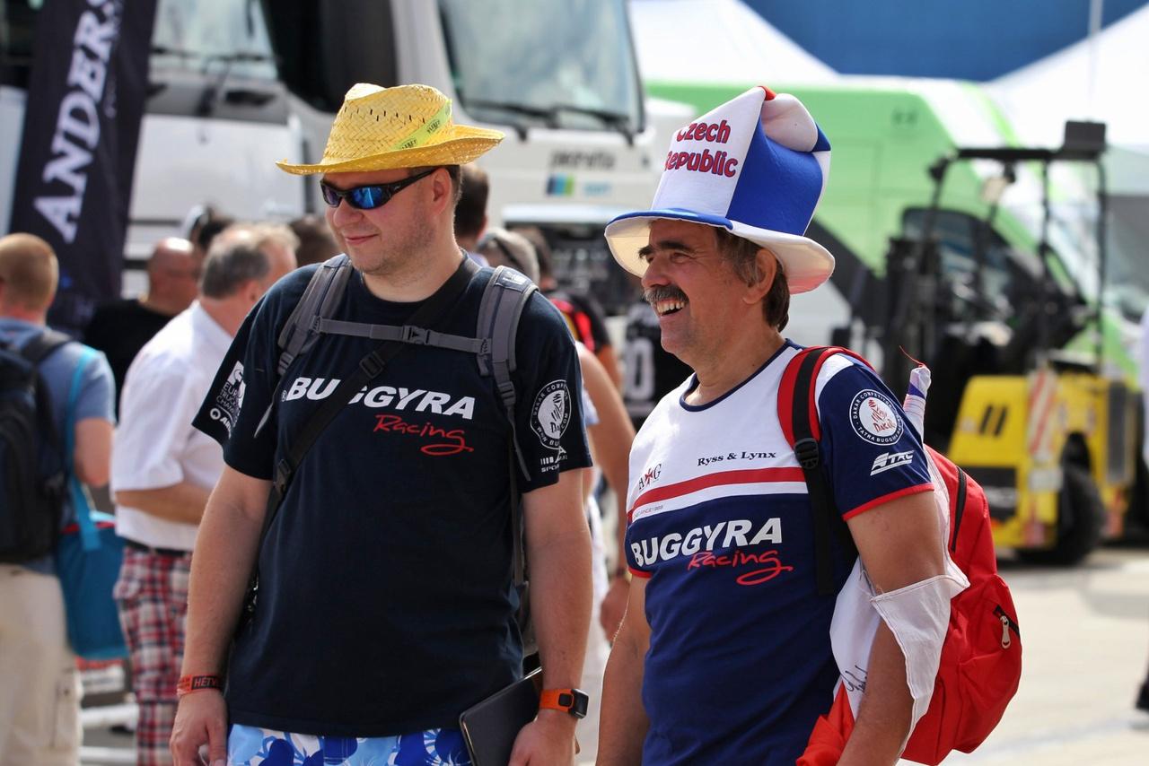 A cseh versenyzőknek köszönhetően szép számmal találkozhatunk cseh rajongókkal is egész hétvégén. A jókedv és a sör garantált