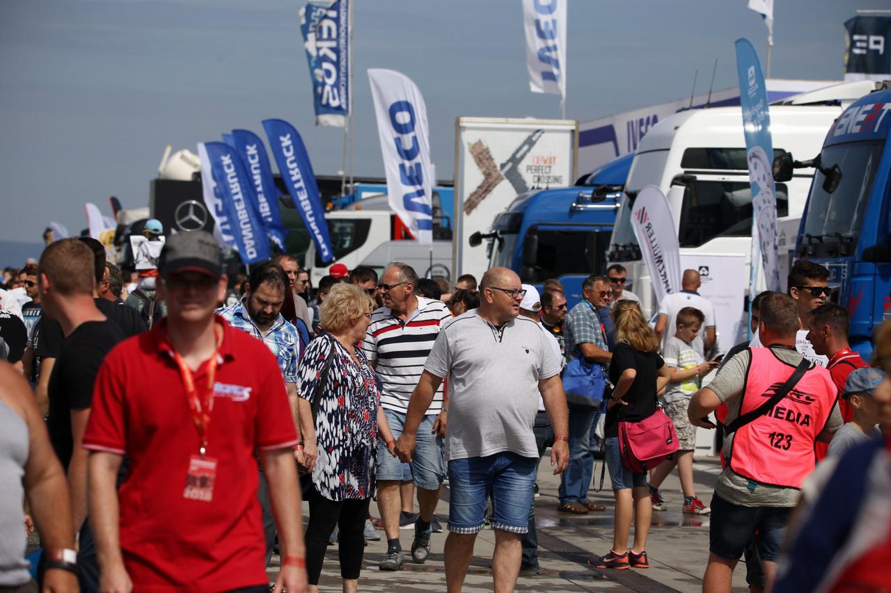 Már szombaton reggel megtelt a paddock élettel, szokatlanul sokan sétálgattak a Kamion Európa-bajnokság idei hazai futamán a szervizállások között. Nem csoda, hiszen a szervezők rengeteg egyéb programmal is készültek a futamok mellett, hogy minél több látogatót vonzzanak ki a Hungaroringre