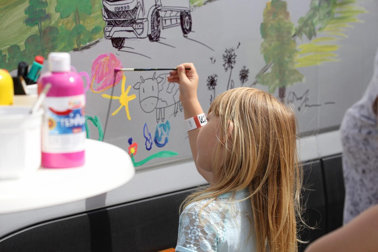 Egy kreatív program a sok közül, temperával kamionra festés a legkisebbeknek. Szemmel láthatóan élvezik az alkotás örömét