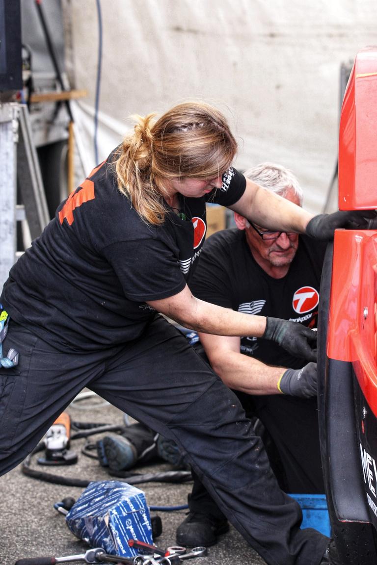 A Tankpool 24 Racing csapatában ez a hölgy férfiakat megszégyenítő módon hajt, szerel, kereket cserél, teljes az egyenjogúság a csapaton belül