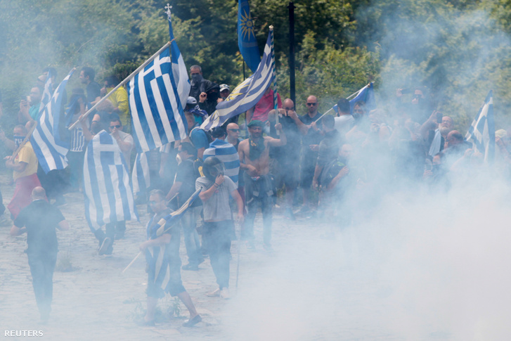 Az aláírást megelőzően könnygázzal oszlatták a tüntetőket Pisoderiben