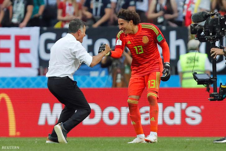 Juan Carlos Osorio és Guillermo Ochoa ünnepel a német-mexikói meccs után