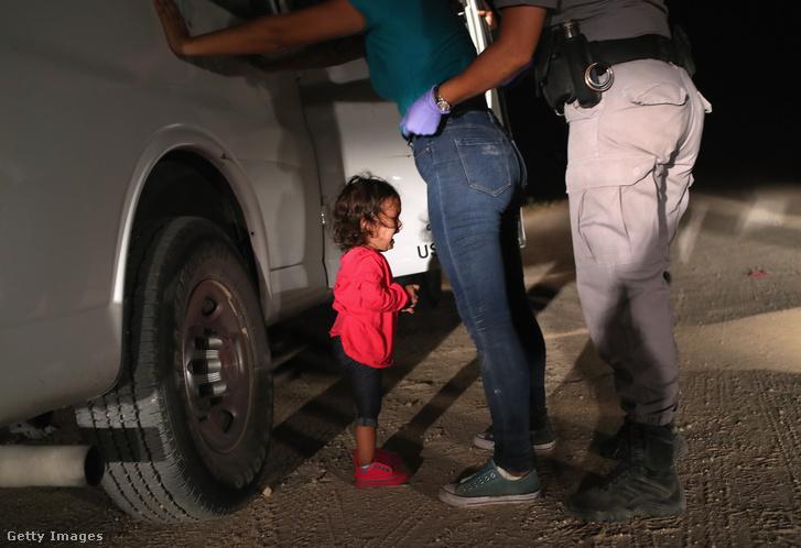 Határőr motoz meg egy illegális határátlépőt, aki a kétéves lányával próbált Amerikába jutni.