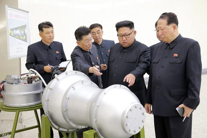 A KCNA hírügynökség szerint Kim Dzsongun egy interkontinentális ballisztikus rakétába tölthető hidrogénbomba-töltetet tekintett meg 2017 szeptemberében.