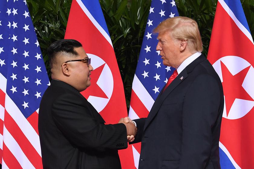 Kim Dzsongun és Donald Trump közös fotóin röhög a net: mi van a hajukkal?