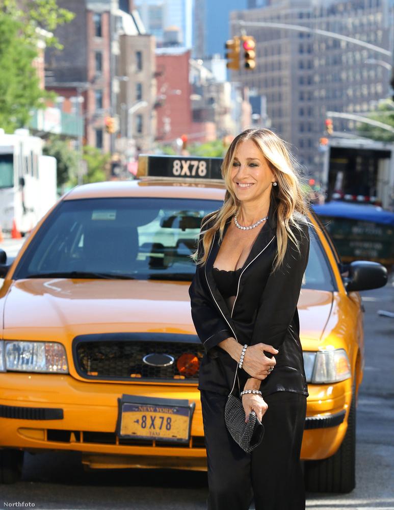 De, ha már New Yorkban fotóztak, természetes volt, hogy taxival is pózolt