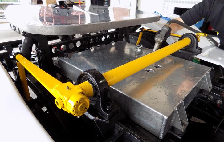 Épp tankolás történik. A sárga a hátsó stabilizátor, olyan vastag, hogy nem bírtam marokkal átfogni. Állítható, egy másik kamionnál láttam, hogy tekertek rajta két autóztatás között