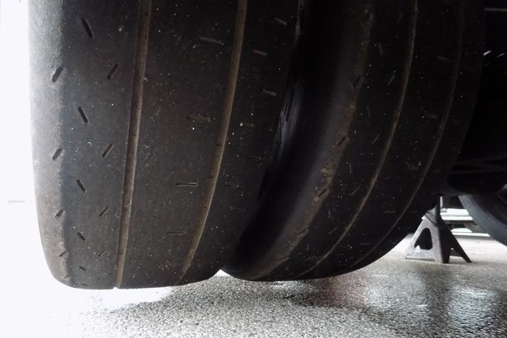 Ha a külső gumi defektet kap, az nem gond, csak lassul az autó pár másodpercet körönként. A belső kerék jóval fontosabb