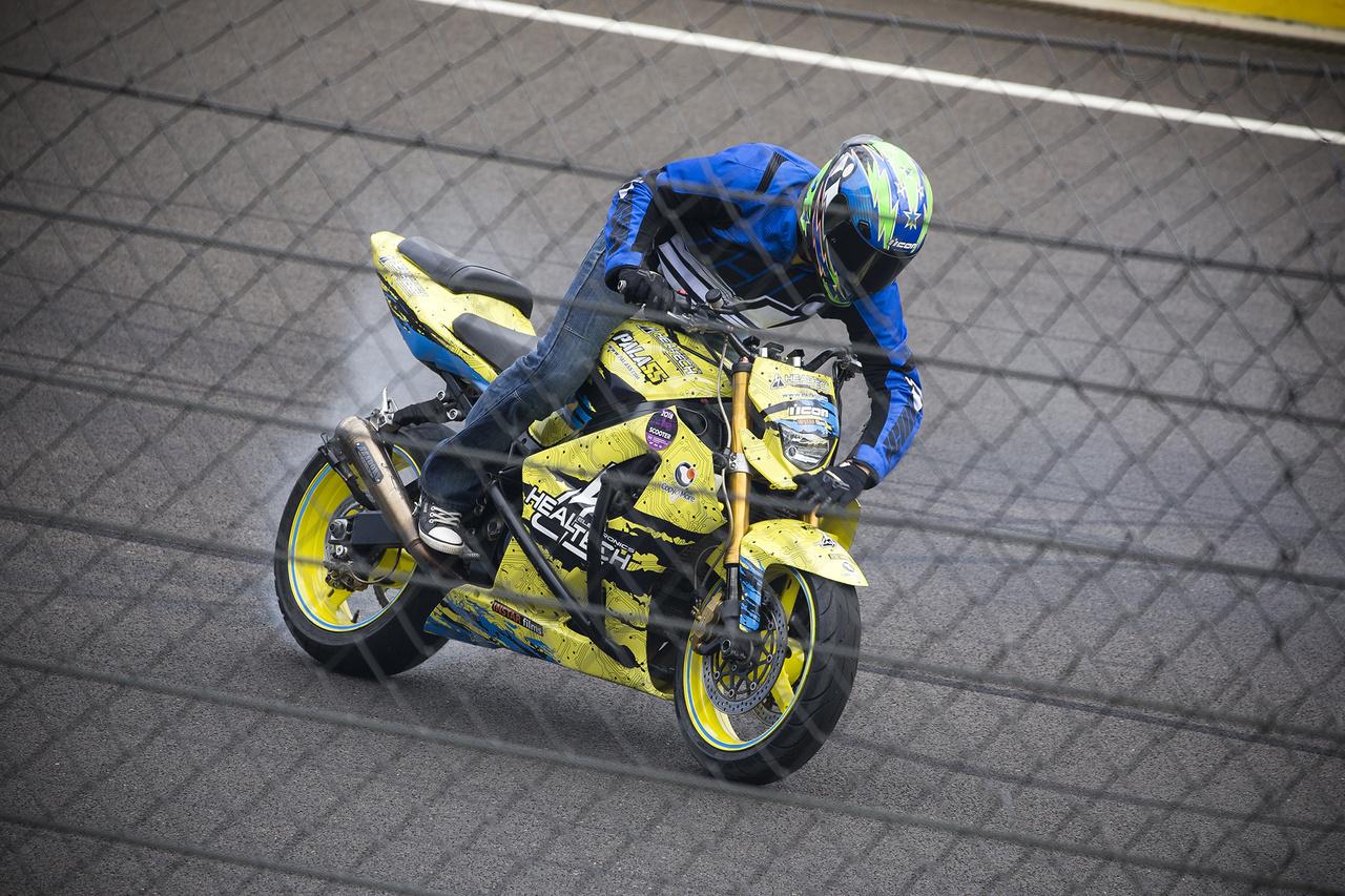 Mókusék ismét akcióban. A DTM-en látott nagysikerű freestyle motoros show mellett a parkoló területén egész hétvégén freestyle kupa is zajlott. A célegyenesben mindig óriási ováció fogadta az elmebeteg mutatványokat
