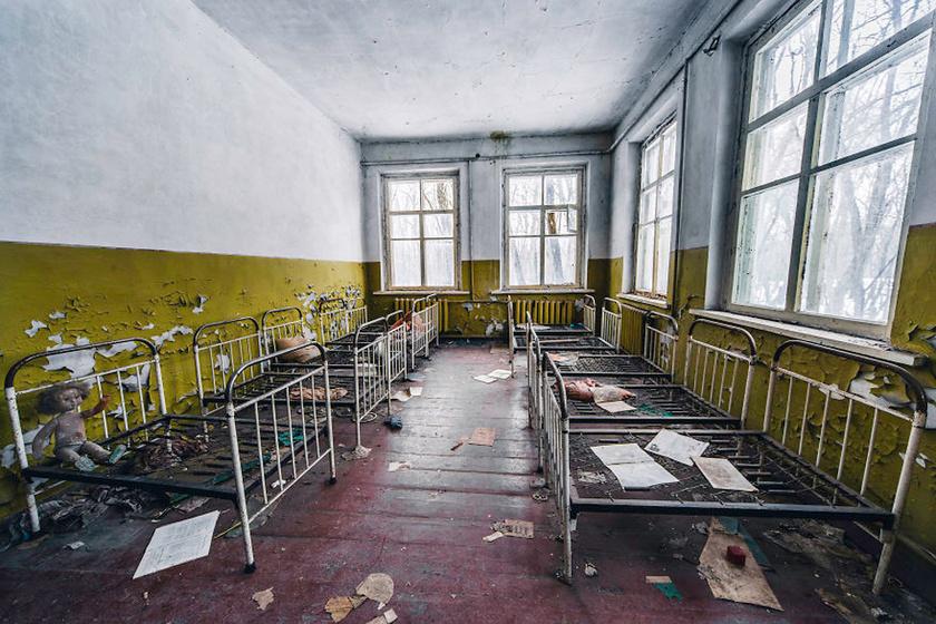 Egy egykori óvoda alvószobája.