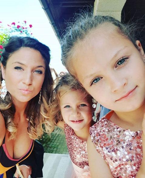 Laky Zsuzsi, a 2003-as Európa Szépe imádja a lányait, a négyéves Lujzit és a hétéves Lucát.