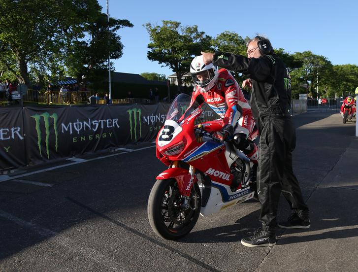 Guy Martin 2017-ben a Hondáva - végül nem indult el a versenyen, nem épült fel a bizalom a motorral