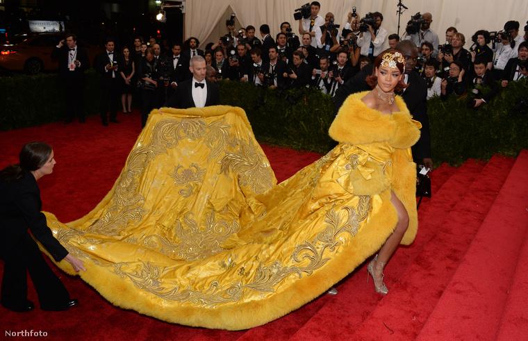 Ez Rihanna a három évvel ezelőtti Met-gálán, ami direkt az olyan öltözékekről szól, amikhez plusz két segítő kell, ha az ember sikeresen akar bennük közlekedni.
