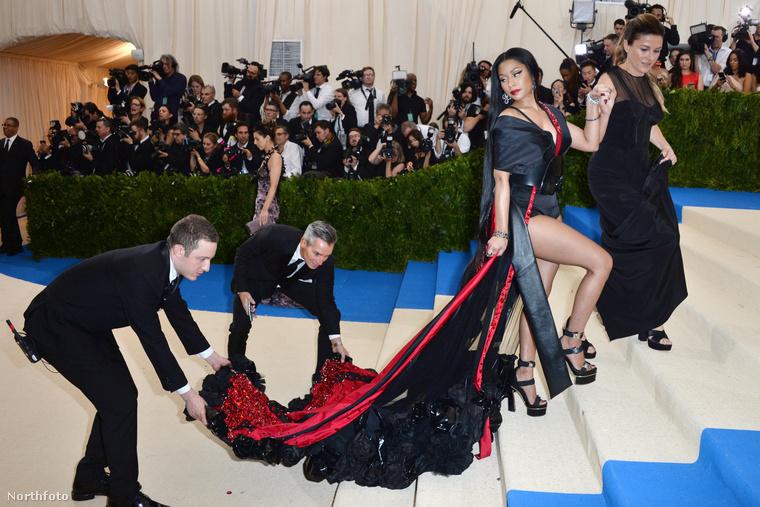 Nicki Minaj példája is mutatja, hogy a vörösszőnyeges események egyik legkevésbé hálás munkaköre bizonyára ez: a ruhauszály-segítő.