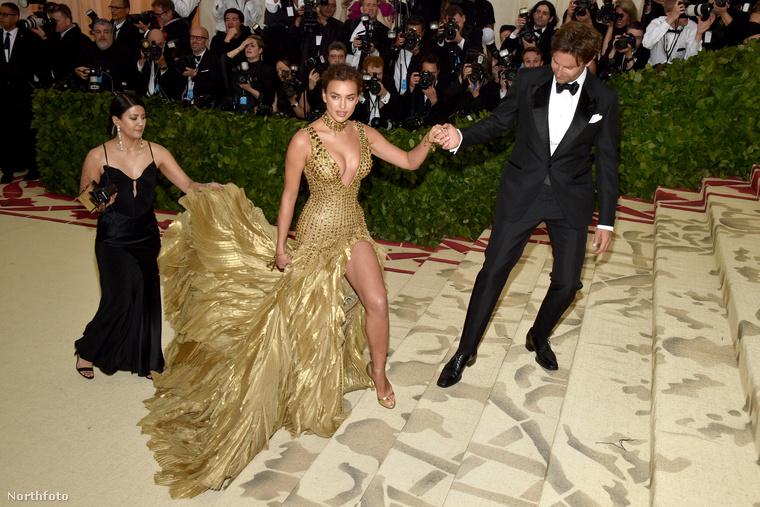 Itt éppen Irina Shayk érkezik Bradley Cooperrel az idei Met-gálára, de a modell ruhája annyira terebélyes hátrafelé, hogy egy külön ember kell, hogy menedzselje az uszállyal való közlekedést.