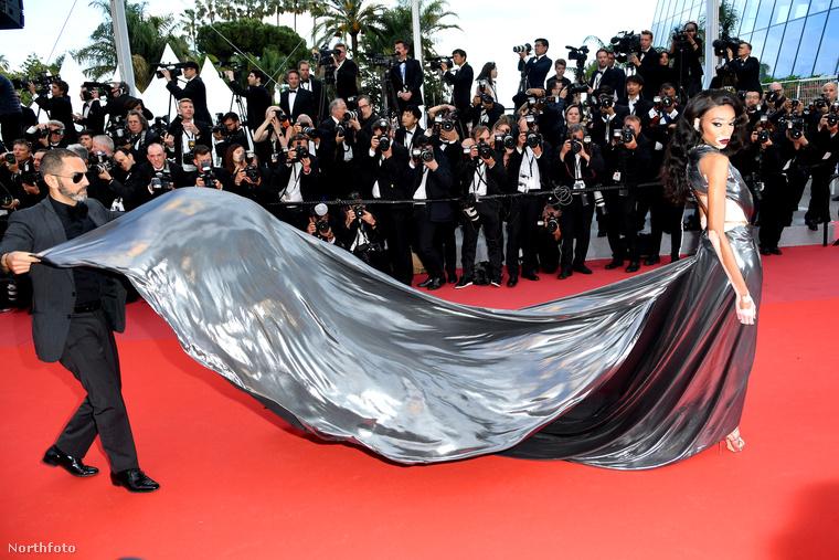 Kedves nézőink, így lebegtették hozzáértő kezek Winnie Harlow modell ruháját a Han Solóról készült film 2018-as Cannes-i premierjén