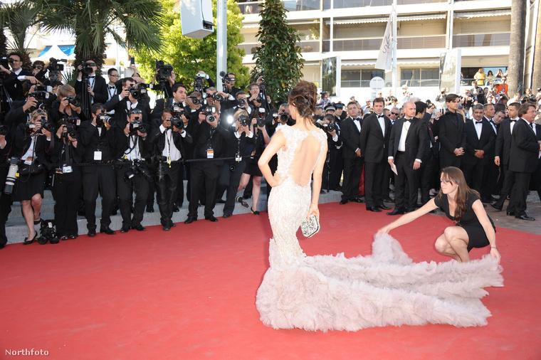 Ez Eva Longoria hátulról a 2012-es Cannes-i filmfesztiválon, és a fotó jól demonstrálja, hogy a ruhaigazítóknak nemcsak menet közben van dolga, sőt